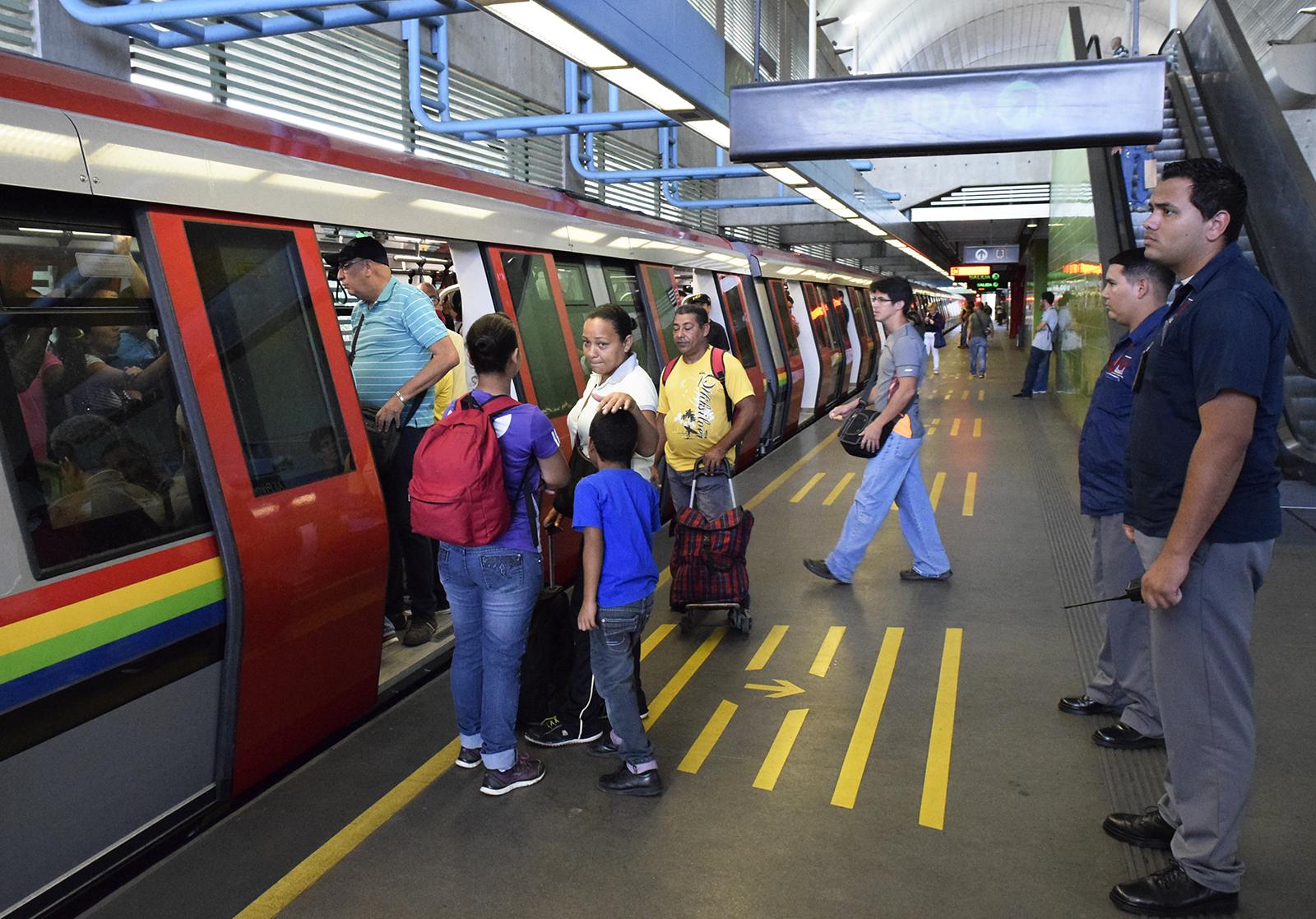 75 Guardias Patrimoniales custodian trenes y estaciones de Metro Los Teques