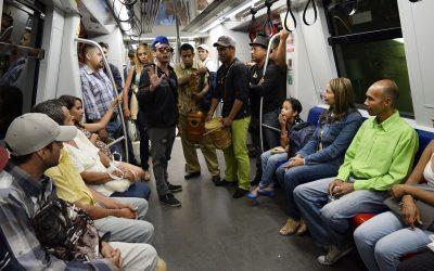 Usuarios de Metro Los Teques aplauden acciones de Teatro Vagón