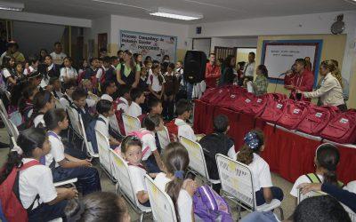 """440 niños de la U.E.N """"Carlos Gauna"""" recibieron sus bolsos escolares"""