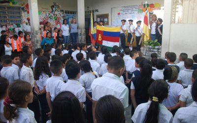 """448 niños reciben bolsos con un kit escolar en U.E.E """"Víctor Padilla"""""""