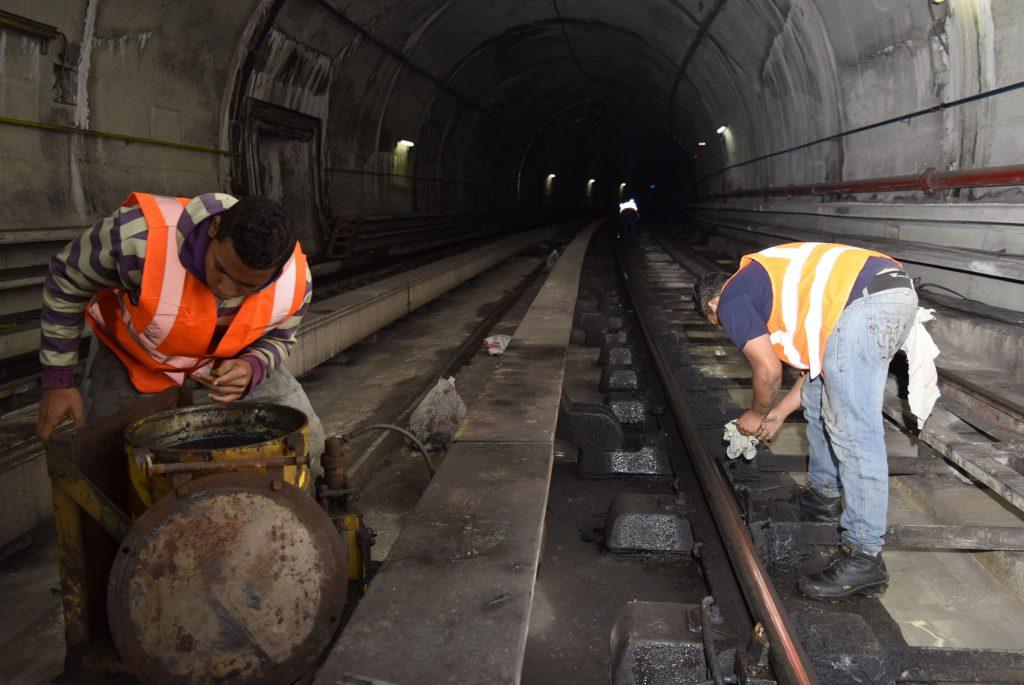 mantenimiento nocturno en los rieles de metro Los TEques