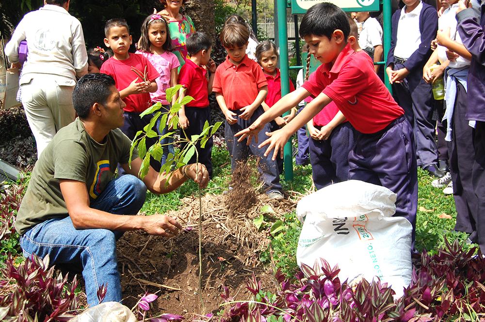 En el Villa Teola realizaron jornada especial de implantación de árboles