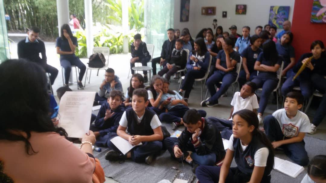 Estudiantes del Vicente Salias y Nezer participaron en conversatorio de Escritores del siglo XX