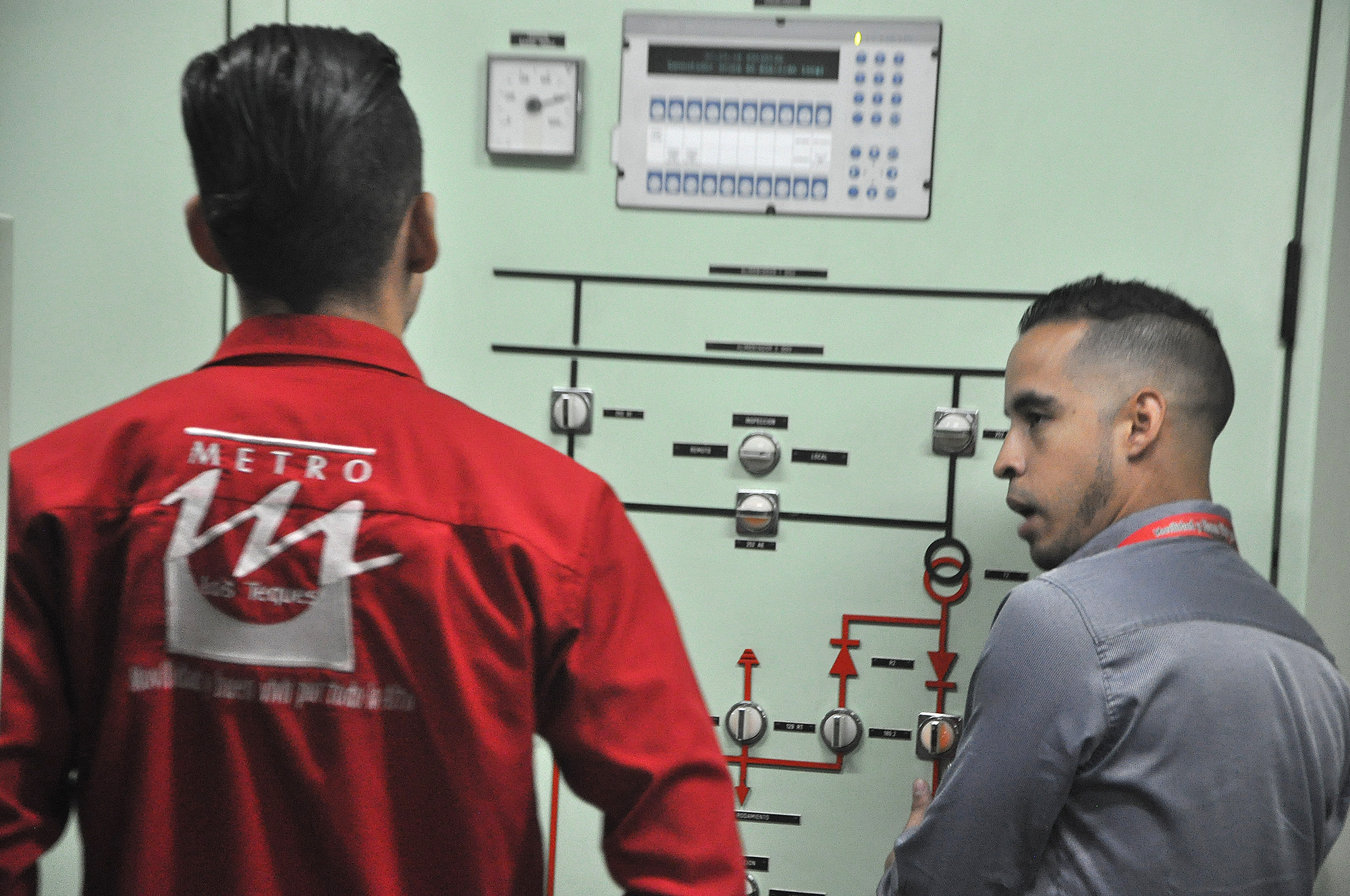 Realizan mantenimiento a disyuntores eléctricos en la Alí Primera