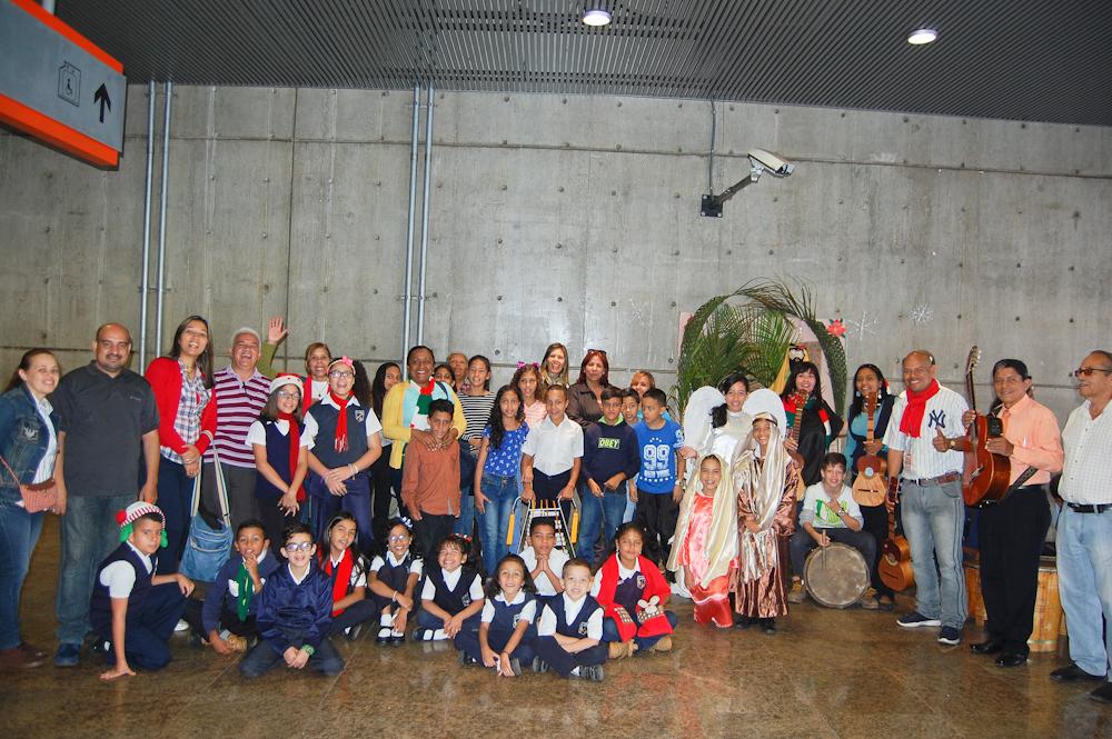 Escuelas llevan la navidad a Metro Los Teques