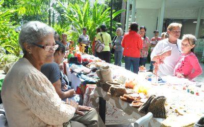 Abuelos exponen manualidades en Villa Teola