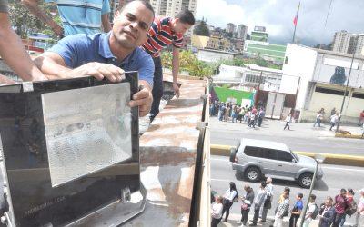 Desmalezan e instalan luminarias en estaciones Alí Primera e Independencia