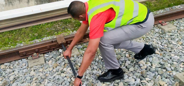 Aspirantes a Operadores de Equipos realizaron práctica de colocación de protección en la vía férrea